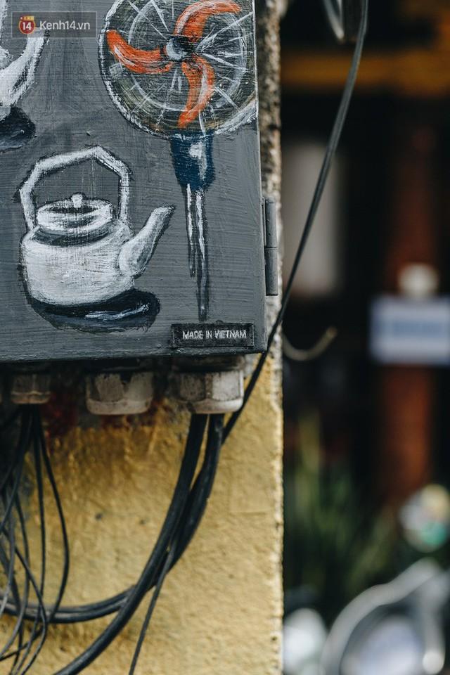 Ngộ nghĩnh và đáng yêu với những bức tranh được vẽ lên các hộp điện cũ kỹ ở phố cổ Hà Nội, tác giả là một gương mặt lạ mà quen - Ảnh 11.