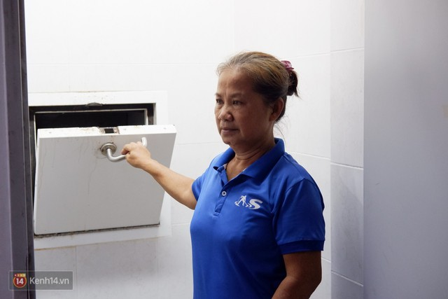 Nhặt được 7.400 USD trong bao rác, hai mẹ con lao công ở Sài Gòn trả lại cho khách Tây: Em muốn sống bằng chính đồng tiền mình tạo ra - Ảnh 2.