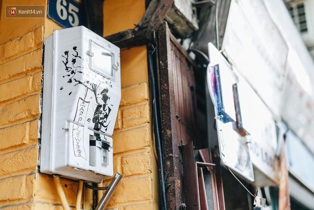 Ngộ nghĩnh và đáng yêu với những bức tranh được vẽ lên các hộp điện cũ kỹ ở phố cổ Hà Nội, tác giả là một gương mặt lạ mà quen - Ảnh 18.