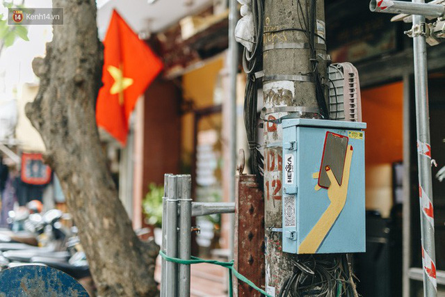 Ngộ nghĩnh và đáng yêu với những bức tranh được vẽ lên các hộp điện cũ kỹ ở phố cổ Hà Nội, tác giả là một gương mặt lạ mà quen - Ảnh 22.