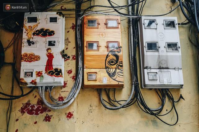 Ngộ nghĩnh và đáng yêu với những bức tranh được vẽ lên các hộp điện cũ kỹ ở phố cổ Hà Nội, tác giả là một gương mặt lạ mà quen - Ảnh 23.