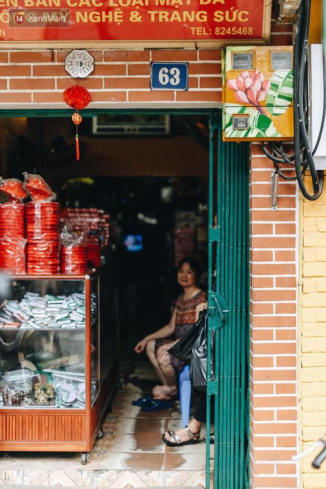 Ngộ nghĩnh và đáng yêu với những bức tranh được vẽ lên các hộp điện cũ kỹ ở phố cổ Hà Nội, tác giả là một gương mặt lạ mà quen - Ảnh 25.