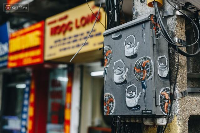 Ngộ nghĩnh và đáng yêu với những bức tranh được vẽ lên các hộp điện cũ kỹ ở phố cổ Hà Nội, tác giả là một gương mặt lạ mà quen - Ảnh 26.