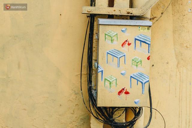 Ngộ nghĩnh và đáng yêu với những bức tranh được vẽ lên các hộp điện cũ kỹ ở phố cổ Hà Nội, tác giả là một gương mặt lạ mà quen - Ảnh 27.