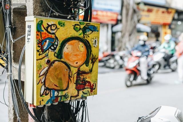 Ngộ nghĩnh và đáng yêu với những bức tranh được vẽ lên các hộp điện cũ kỹ ở phố cổ Hà Nội, tác giả là một gương mặt lạ mà quen - Ảnh 12.