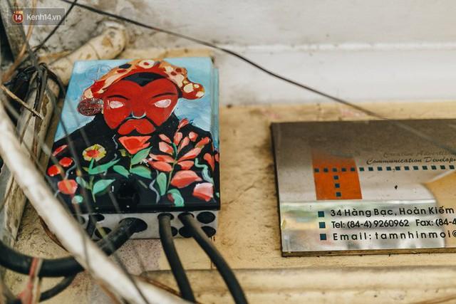 Ngộ nghĩnh và đáng yêu với những bức tranh được vẽ lên các hộp điện cũ kỹ ở phố cổ Hà Nội, tác giả là một gương mặt lạ mà quen - Ảnh 15.