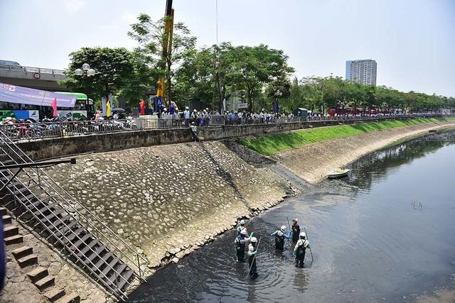 Chuyên gia Nhật giữa trưa lội nước, sông Tô Lịch chờ đón điều bất ngờ - Ảnh 1.