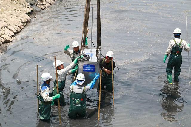 Chuyên gia Nhật giữa trưa lội nước, sông Tô Lịch chờ đón điều bất ngờ - Ảnh 10.