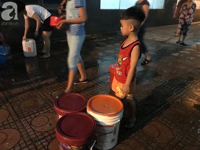 Hà Nội: Giữa đợt nắng nóng đỉnh điểm, 200 hộ dân chung cư nhốn nháo vì mất nước sinh hoạt - Ảnh 6.
