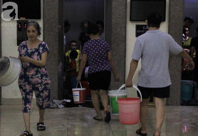 Hà Nội: Giữa đợt nắng nóng đỉnh điểm, 200 hộ dân chung cư nhốn nháo vì mất nước sinh hoạt - Ảnh 7.