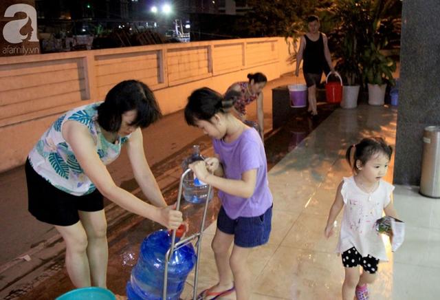 Hà Nội: Giữa đợt nắng nóng đỉnh điểm, 200 hộ dân chung cư nhốn nháo vì mất nước sinh hoạt - Ảnh 8.