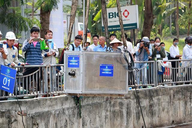 Chuyên gia Nhật giữa trưa lội nước, sông Tô Lịch chờ đón điều bất ngờ - Ảnh 8.