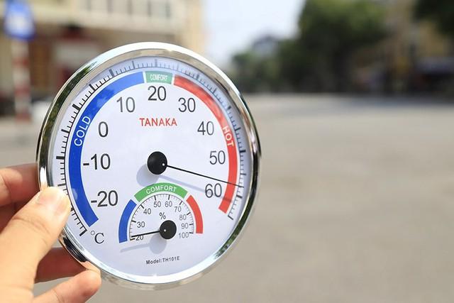 Hà Nội gần 60 độ nóng như đổ lửa, phố đi bộ vắng hơn ngày Tết - Ảnh 1.