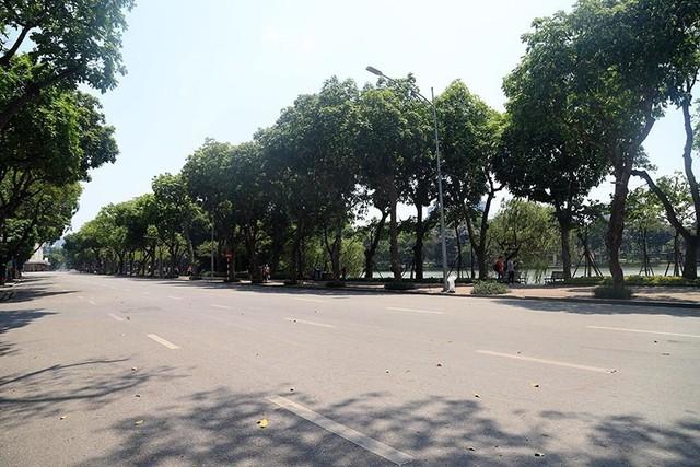 Hà Nội gần 60 độ nóng như đổ lửa, phố đi bộ vắng hơn ngày Tết - Ảnh 2.