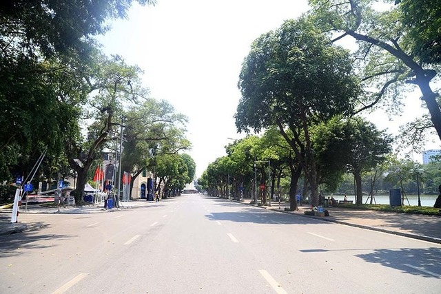 Hà Nội gần 60 độ nóng như đổ lửa, phố đi bộ vắng hơn ngày Tết - Ảnh 3.