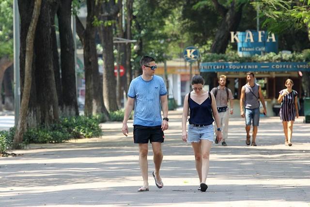Hà Nội gần 60 độ nóng như đổ lửa, phố đi bộ vắng hơn ngày Tết - Ảnh 14.