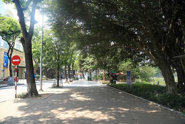 Hà Nội gần 60 độ nóng như đổ lửa, phố đi bộ vắng hơn ngày Tết - Ảnh 5.
