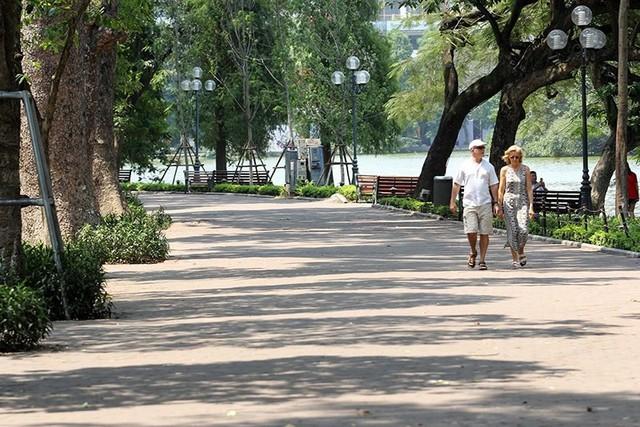 Hà Nội gần 60 độ nóng như đổ lửa, phố đi bộ vắng hơn ngày Tết - Ảnh 7.