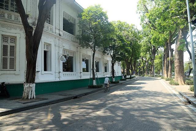 Hà Nội gần 60 độ nóng như đổ lửa, phố đi bộ vắng hơn ngày Tết - Ảnh 8.