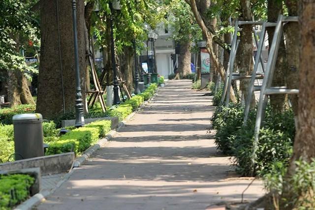 Hà Nội gần 60 độ nóng như đổ lửa, phố đi bộ vắng hơn ngày Tết - Ảnh 9.