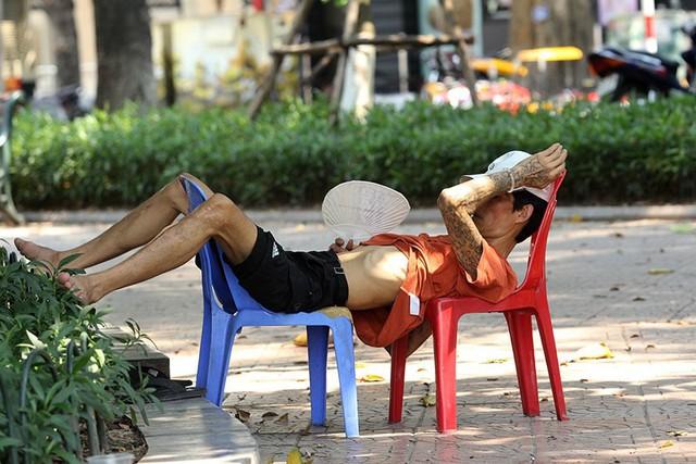 Hà Nội gần 60 độ nóng như đổ lửa, phố đi bộ vắng hơn ngày Tết - Ảnh 10.