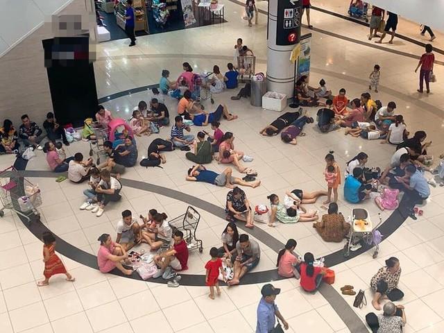 Nắng nóng 40 độ, nhiều người nằm nghỉ la liệt trong khu TTTM - hình ảnh gây tranh cãi tối Chủ nhật - Ảnh 1.