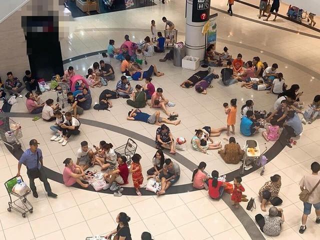 Nắng nóng 40 độ, nhiều người nằm nghỉ la liệt trong khu TTTM - hình ảnh gây tranh cãi tối Chủ nhật - Ảnh 2.