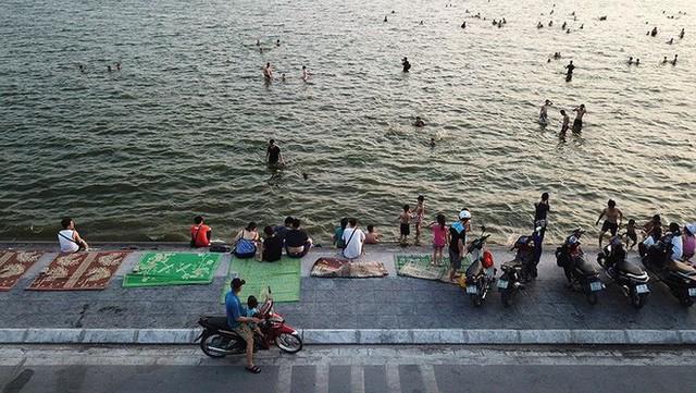 Người dân Hà Nội rủ nhau ra Hồ Tây tắm hạ nhiệt ngày cuối tuần nắng như nung - Ảnh 1.