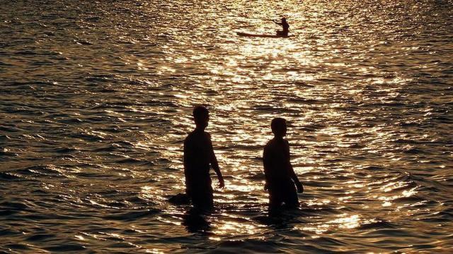 Người dân Hà Nội rủ nhau ra Hồ Tây tắm hạ nhiệt ngày cuối tuần nắng như nung - Ảnh 2.
