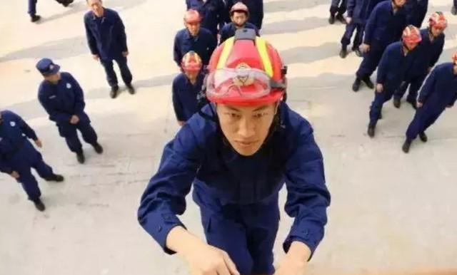 700 lính cứu hỏa Trung Quốc xếp hình trái tim trong đám cưới của đồng đội - Ảnh 2.
