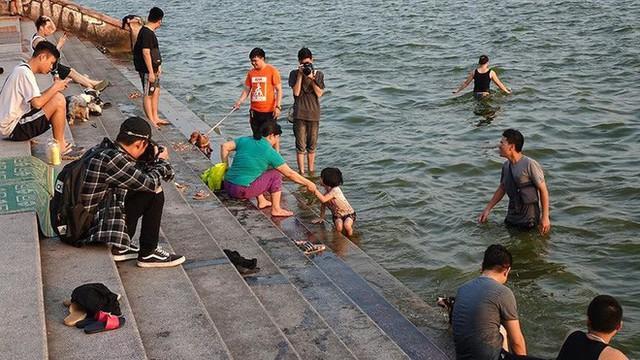 Người dân Hà Nội rủ nhau ra Hồ Tây tắm hạ nhiệt ngày cuối tuần nắng như nung - Ảnh 11.