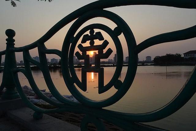 Người dân Hà Nội rủ nhau ra Hồ Tây tắm hạ nhiệt ngày cuối tuần nắng như nung - Ảnh 12.