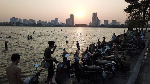Người dân Hà Nội rủ nhau ra Hồ Tây tắm hạ nhiệt ngày cuối tuần nắng như nung - Ảnh 3.