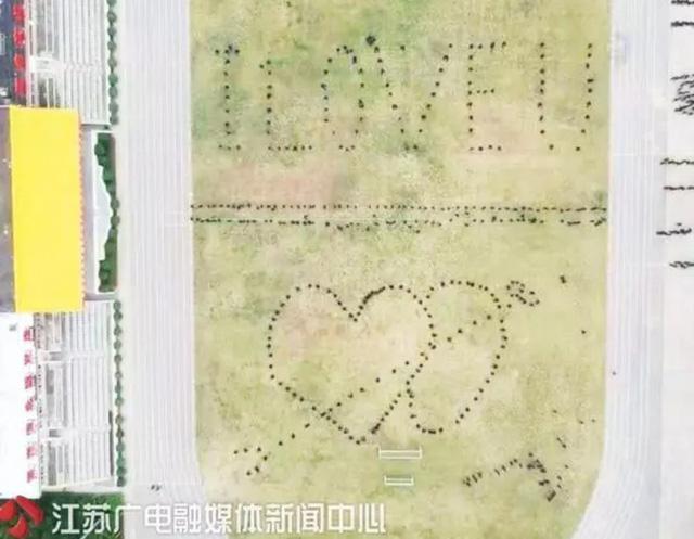 700 lính cứu hỏa Trung Quốc xếp hình trái tim trong đám cưới của đồng đội - Ảnh 3.