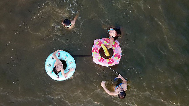 Người dân Hà Nội rủ nhau ra Hồ Tây tắm hạ nhiệt ngày cuối tuần nắng như nung - Ảnh 6.