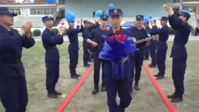 700 lính cứu hỏa Trung Quốc xếp hình trái tim trong đám cưới của đồng đội - Ảnh 6.