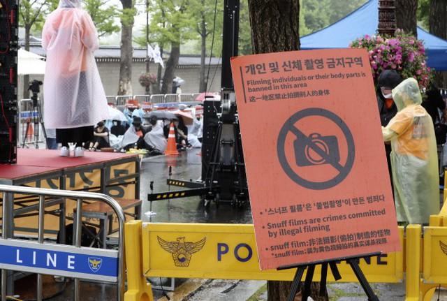 Hơn 1.700 người xếp hàng dài đội mưa biểu tình trước dinh Tổng thống, phẫn nộ vì vụ bê bối Burning Sun và Seungri - Ảnh 7.