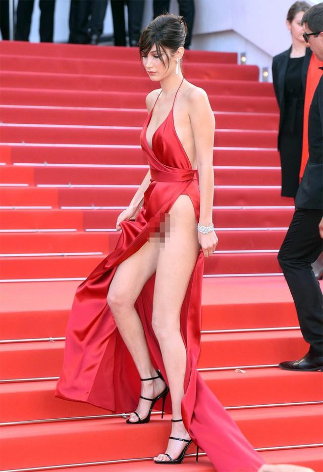 Nhìn lại tuyển tập trang phục trắc nết nhất Cannes, cuối cùng cũng tìm ra đối thủ xứng tầm với Ngọc Trinh - Ảnh 7.
