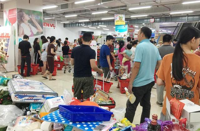 Vỡ trận bán tháo: Dân đổ xô tranh nhau vét sạch kệ siêu thị - Ảnh 1.