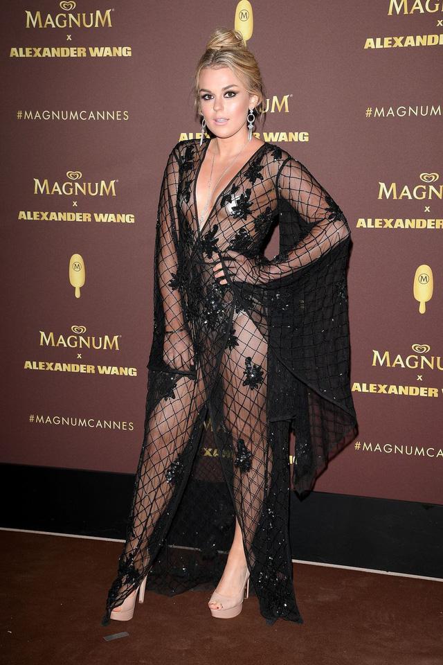 Nhìn lại tuyển tập trang phục trắc nết nhất Cannes, cuối cùng cũng tìm ra đối thủ xứng tầm với Ngọc Trinh - Ảnh 15.