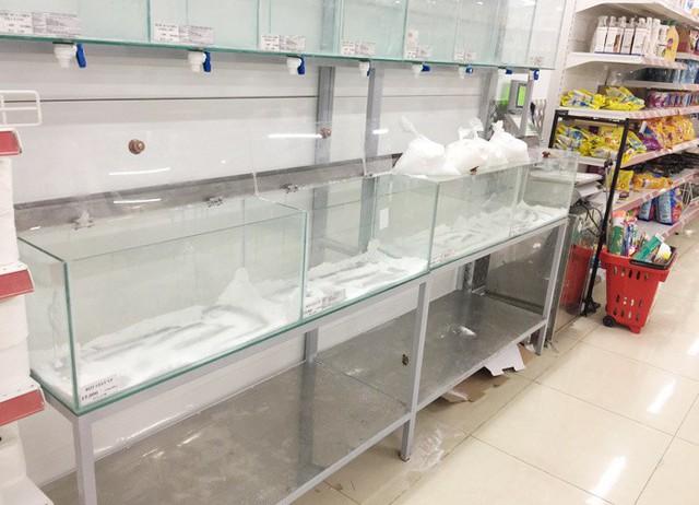 Vỡ trận bán tháo: Dân đổ xô tranh nhau vét sạch kệ siêu thị - Ảnh 10.