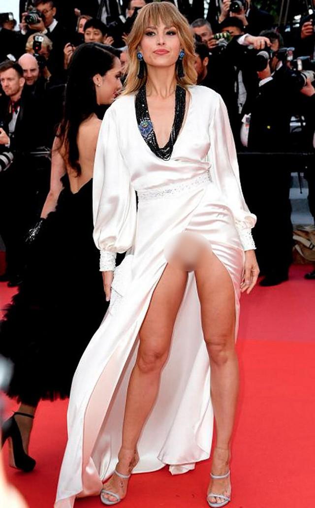 Nhìn lại tuyển tập trang phục trắc nết nhất Cannes, cuối cùng cũng tìm ra đối thủ xứng tầm với Ngọc Trinh - Ảnh 16.
