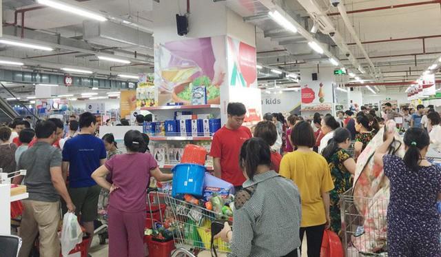 Vỡ trận bán tháo: Dân đổ xô tranh nhau vét sạch kệ siêu thị - Ảnh 11.