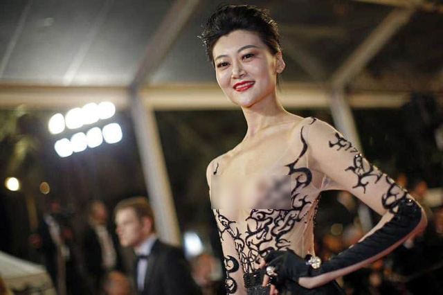 Nhìn lại tuyển tập trang phục trắc nết nhất Cannes, cuối cùng cũng tìm ra đối thủ xứng tầm với Ngọc Trinh - Ảnh 5.