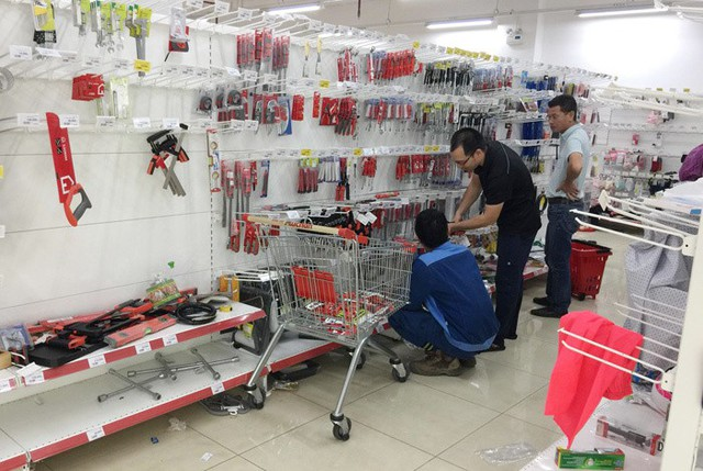 Vỡ trận bán tháo: Dân đổ xô tranh nhau vét sạch kệ siêu thị - Ảnh 3.