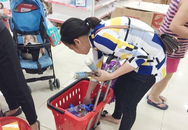 Vỡ trận bán tháo: Dân đổ xô tranh nhau vét sạch kệ siêu thị - Ảnh 4.