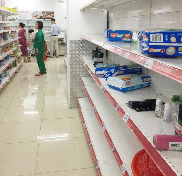 Vỡ trận bán tháo: Dân đổ xô tranh nhau vét sạch kệ siêu thị - Ảnh 5.