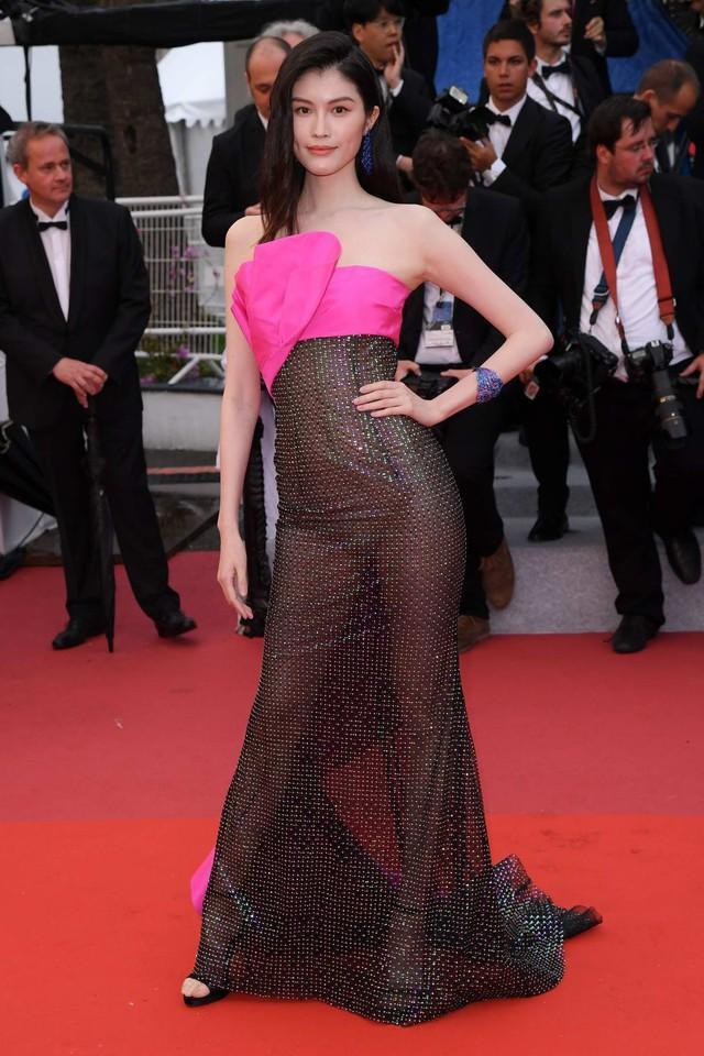 Nhìn lại tuyển tập trang phục trắc nết nhất Cannes, cuối cùng cũng tìm ra đối thủ xứng tầm với Ngọc Trinh - Ảnh 11.