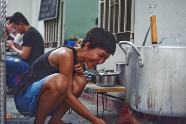 Đằng sau nồi bún măng bò Bà Dzú độc nhất Sài Gòn là câu chuyện của người phụ nữ gác lại mọi đam mê để được bên cạnh chăm mẹ - Ảnh 7.