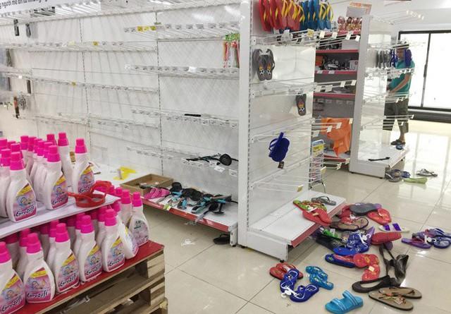 Vỡ trận bán tháo: Dân đổ xô tranh nhau vét sạch kệ siêu thị - Ảnh 6.